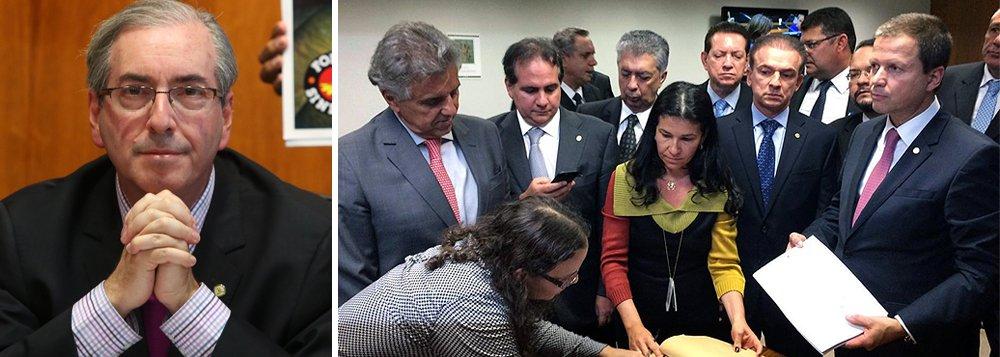 """Presidente da Câmara, Eduardo Cunha (PMDB-RJ), disse que a Ordem dos Advogados do Brasil (OAB) chegou """"um pouquinho atrasada"""" com o pedido de impeachment da presidente Dilma Rousseff apresentado, nesta segunda-feira, e diferentemente do que ocorreu no afastamento de Fernando Collor, não terá agora o protagonismo que teve no passado; """"São momentos diferentes, circunstâncias diferentes e pessoas diferentes. Agora a Ordem veio um pouquinho atrasada, o pedido de impeachment já está sendo tratado aqui há muito tempo. Naquele momento (impeachment de Collor) a Ordem veio com protagonismo, hoje ela veio com retardo"""", disse Cunha"""