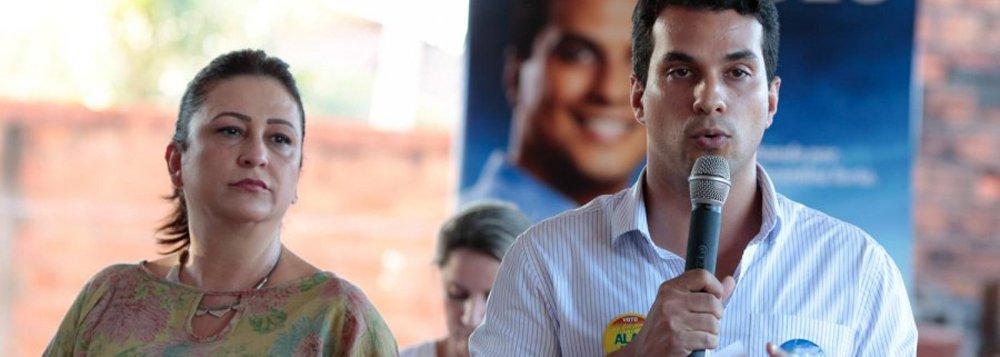 """Ao saber que o filho, o deputado Irajá Abreu, era um dos parlamentares que não haviam registrado presença na sessão pela votação dos vetos de Dilma, a ministra da Agricultura, furiosa, ligou para ele, que respondeu estar seguindo o líder do PSD, Rogério Rosso; """"Seu líder sou eu"""", respondeu Kátia, ordenando que ele fosse marcar sua presença; ele obedeceu à mãe; segundo o colunista Ilimar Franco"""