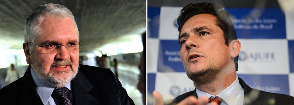 """Personagem de destaque no episódio do 'mensalão', caso julgado pelo STF enquanto ele estava no cargo de procurador-geral da República, Roberto Gurgel avalia que o juiz Sérgio Moro cometeu um """"erro grave"""" ao divulgar conversas telefônicas entre o ex-presidente Lula e a presidente Dilma Rousseff; ele também afirma que, durante os quatro anos em que esteve à frente do órgão, jamais sofreu """"qualquer tipo de pressão"""" de Lula ou Dilma """"no sentido de não investigar determinado fato"""""""