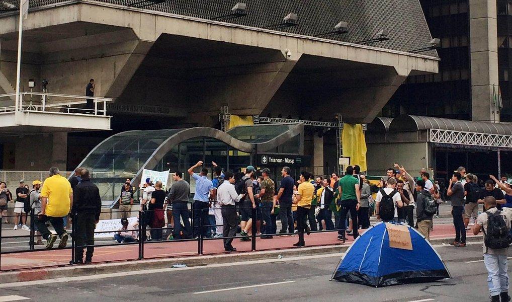 Um grupo de manifestantes pretende acampar na Avenida Paulista, em defesa do impeachment da presidente Dilma Rousseff; no início da manhã desta quinta (17) o grupo somava cerca de 50 pessoas; entretanto, ao longo do dia, o protesto foi crescendo; aPolícia Militar tentou negociar por diversas vezes com o grupo para que ao menos as faixas exclusivas de ônibus fossem liberadas, mas os manifestantes se negaram