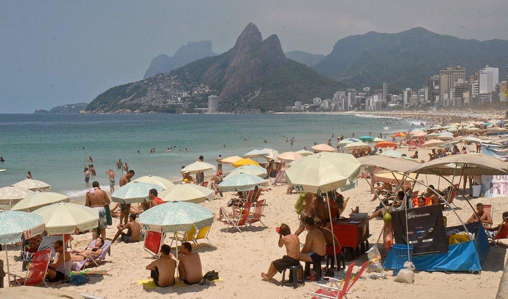 O Rio de Janeiro tem nesta sexta-feira 16 mais um dia de sol forte e temperatura elevada, com tempo abafado e termômetros podendo passar dos 40 graus Celsius; de acordo com o Inmet, os termômetros podem atingir 41ºC; para o fim de semana, a temperatura pode sofrer quedas bruscas de temperatura, ficando entre 10ºC e 12ºC