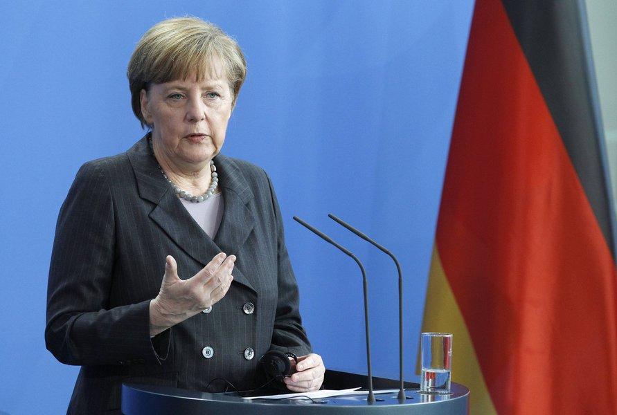 """A chanceler alemã, Angela Merkel, disse neste domingo que não aprova """"zonas seguras"""" clássicas na Síria que teriam de ser protegidas por forças estrangeiras, mas acredita que as negociações de paz em Genebra poderiam chegar a um acordo sobre áreas onde refugiados sírios poderiam se sentir a salvo de bombardeios; """"Eu acredito que, se você tivesse seguido o que eu disse ontem, na Turquia, é algo que tem de sair das conversações de paz de Genebra; não se trata de zonas seguras clássicos"""""""