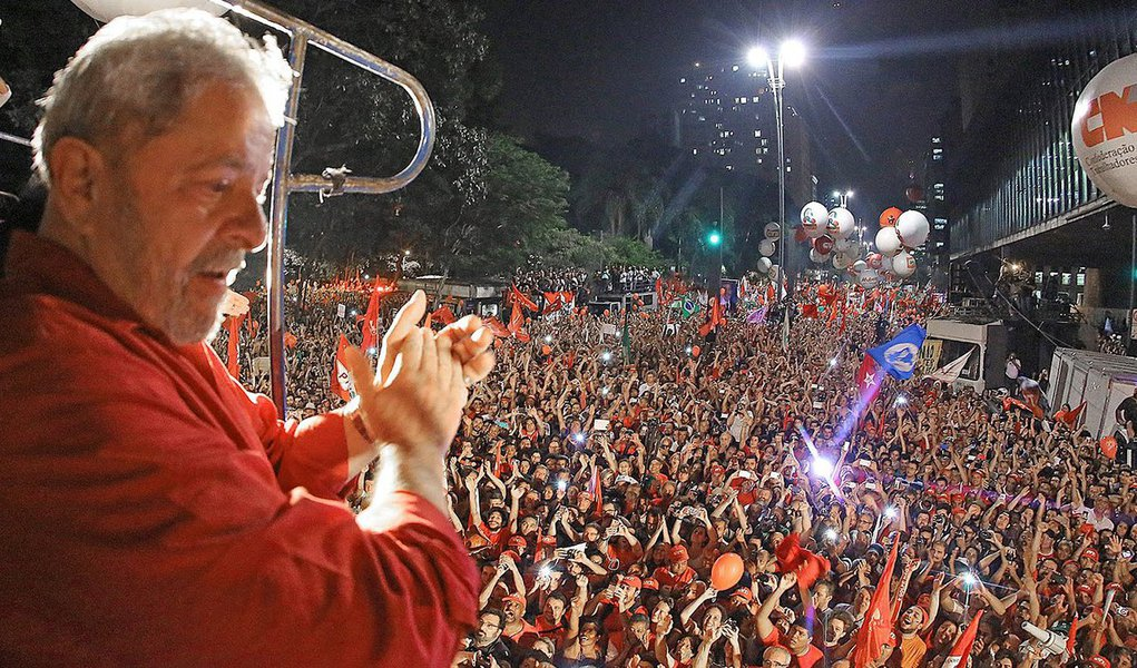 """Os desmandos da """"República de Curitiba"""", que foram tratados com indolência pelo STF, podem voltar à carga agora, depois do que ocorreu na Câmara. Nova tentativa de prender Lula pode acontecer. Qual a razão? Não precisa. Será forjada de última hora para encobrir a motivação central, que é de arrefecer o entusiasmo das massas, humilhando seu maior líder"""