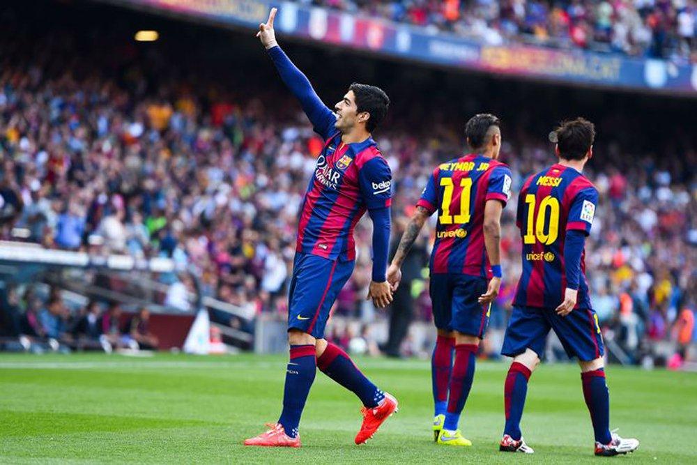 O Barcelonavenceu por 3 x 1 de virada oEibar neste domingo (25);A vitória colocou o Barcelona na liderança do campeonato espanhol com 21 pontos, juntamente como Real Madrid; o Eibar abriu o placar aos10 minutos de jogo no Camp Nou após uma falha da defesa do adversário; Suárez conseguiu o empate aos 21minutos com um gol de cabeça, além de ter marcado os outros dois tentos que asseguraram a vitória ao Barça