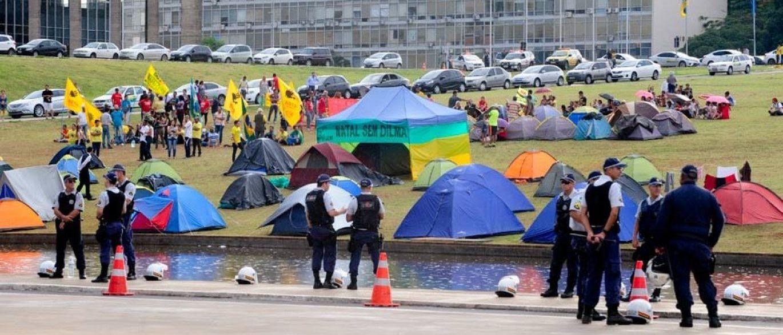 Os acampamentos de movimentos sociais ou outros grupos que, por vezes, ocupam a Esplanada dos Ministérios, em Brasília, não serão permitidos no local e nos arredores até o dia da votação do impeachment da presidenta Dilma Rousseff na Câmara; medida foi determinada pela Secretaria da Segurança Pública e da Paz Social do Distrito Federal, e começou a valer a partir das 18h de sexta-feira (8)