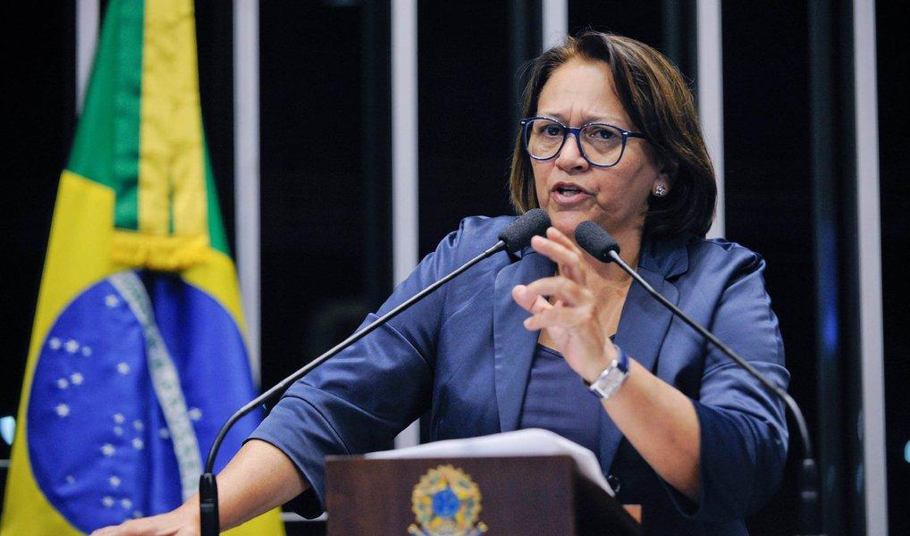 """A senadora Fátima Bezerra (PT-RN) afirmou nesta segunda (25) que o Senado deve corrigir o equívoco histórico, jurídico, político e constitucional da Câmara dos Deputados, quando aprovou o recebimento do pedido de impeachment da presidente Dilma Rousseff; """"Nós consideramos extremamente importante o papel do Senado neste momento. Claro que temos que respeitar os ritos – e aqui no Senado não tenho nenhuma dúvida de que isso será respeitado –, mas nesta Casa temos que analisar fundamentalmente o mérito do processo"""", declarou"""