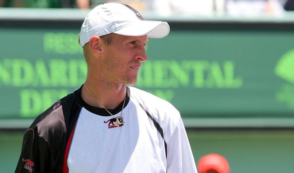 Denúncia feita pela rede de TV britânica BBC, em investigação conjunta com o site BuzzFeed News, afirma que ao menos 16 jogadores entre os 50 primeiros do ranking da ATP podem ter manipulado partidas no circuito mundial, incluindo em Wimbledon e Roland Garros, nos últimos dez anos; o principal nome ligado ao escândalo é o do russo Nikolay Davydenko, ex-número 3 do mundo, aposentado desde 2014; ao comentar o caso, o número 1 do mundo, Novak Djokovic, afirmou que já lhe ofereceram US$ 200 mil (R$809,2 mil) para participar de um jogo arranjado há oito anos