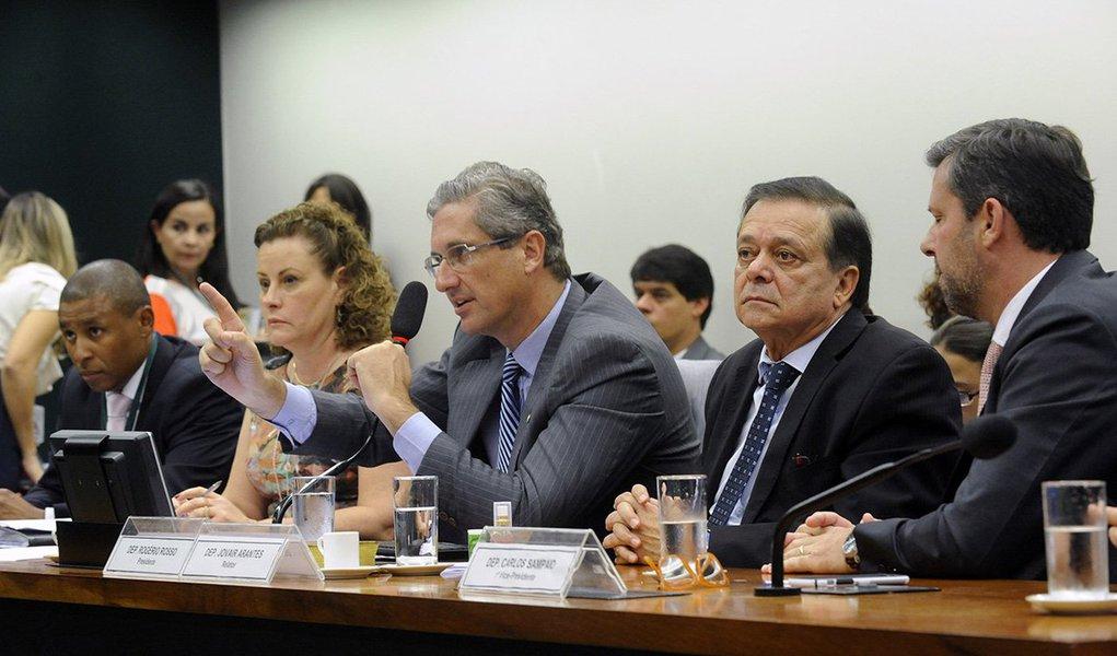 Depois de quase uma hora de discussões regimentais, os deputados iniciaram nesta tarde a discussão de mérito do relatório do deputado Jovair Arantes (PTB-GO) pela admissibilidade do pedido de abertura de processo de impeachment da presidente Dilma Rousseff; cada parlamentar tem direito a 15 minutos para defender sua posição, contra ou a favor do impeachment;presidente da comissão, deputado Rogério Rosso (PSD-DF), concordou com o adiamento do prazo final da discussão: a sessão irá até as 4 horas da manhã deste sábado, 9, se necessário