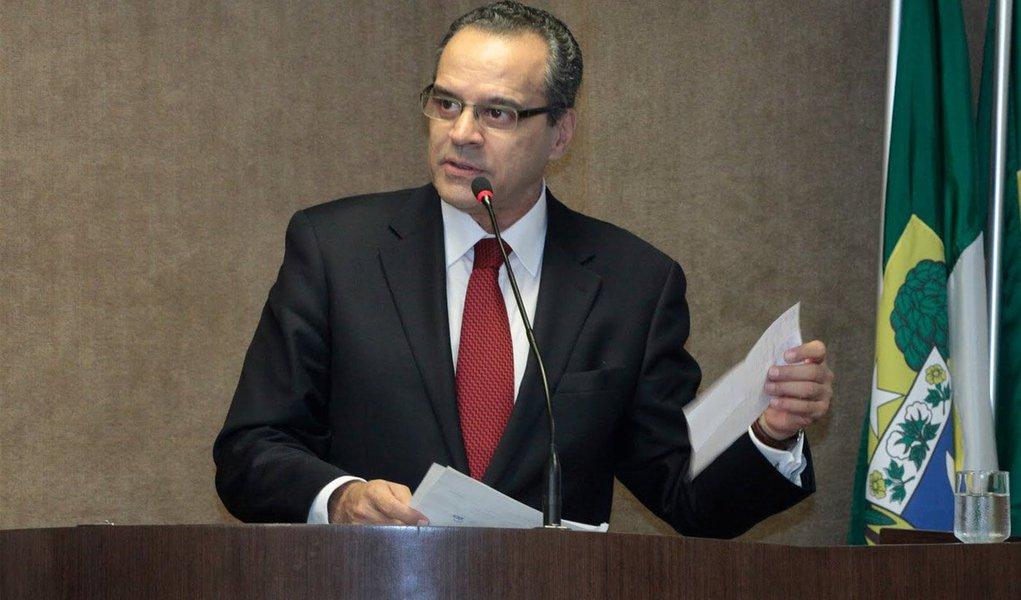 """Procuradoria-Geral da República acusou o ministro do Turismo, Henrique Eduardo Alves (PMDB-RN), ex-presidente da Câmara, de fazer lobby para a construtora OAS em dois tribunais de contas para evitar o bloqueio de recursos para as obras da empreiteira na Arena das Dunas, em Natal, um dos estádios da Copa de 2014; em 14 de julho de 2013, Alves promete a Léo Pinheiro agir no Tribunal de Contas da União (TCU): """"Seg (segunda), em BSB (Brasília), vou pra cima do TCU. Darei notícias"""", diz o atual ministro do Turismo; em decisão de 2014, o TCU registra que não foram detectadas irregularidades passíveis de paralisação das obras"""