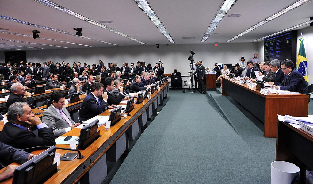 """Prazo final para a entrega do relatório da comisão expira na sexta-feira 23 e documento não deve apresentar avanços em relação aos fatos já investigados pela Polícia Federal e pelo Ministério Público Federal; """"É um processo em que as pessoas já estão condenadas, sentenciadas, é o inverso das outras CPIs"""", justificou o relator Luiz Sérgio (PT-RJ);segundo ele, o documento apontará uma série de """"sugestões de aprimoramento"""" à Petrobras"""