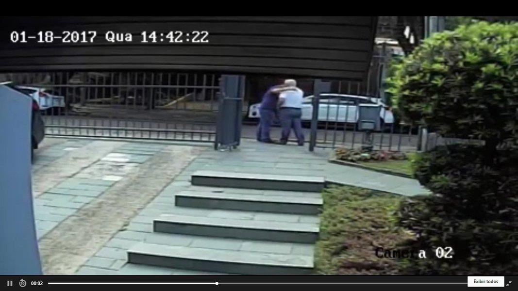 """Francisco Prehn Zavasckipublicou no Facebookum vídeo que mostra o último encontro entre ele e seu pai, o ministro do STF Teori Zavascki, que morreu no último dia 19 em um acidente aéreo; na mensagem, o advogado postou: """"o último abraço...""""; a imagem foi gravada por uma câmera de segurança"""