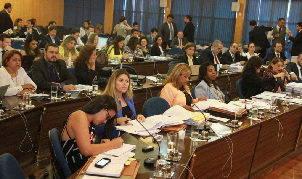 """Em reunião de emergência na noite desta quarta-feira (16), convocada pela OAB nacional, o Conselho Seccional da OAB de Goiás se posicionou a favor do pedido de afastamento da presidente Dilma Rousseff (PT); foram 62 votos a favor, 11 contra, três abstenções e 14 ausências; para o presidente Lúcio Flávio, a OAB-GO, """"que nunca faltou à sociedade brasileira em momentos passados, mais uma vez, se fará presente na defesa da Constituição e do povo brasileiro""""; na semana passada, Lúcio Flávio afirmou que o PT havia profissionalizado a corrupção"""