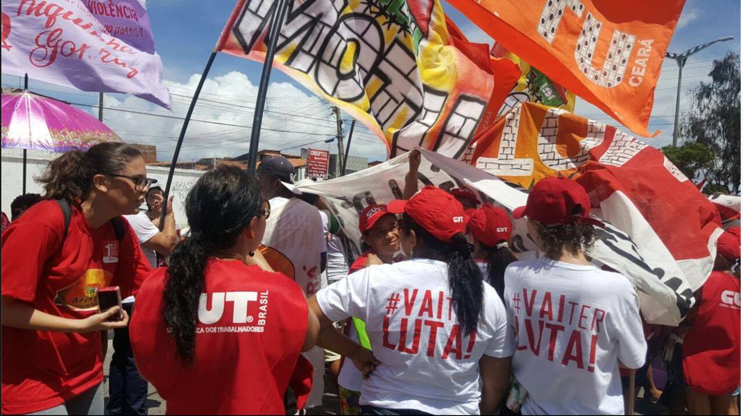 O Dia do Trabalhador foi celebrado neste domingo (1) com passeata pelas ruas de Fortaleza. Centrais sindicais e movimentos sociais alertaram paraa possível retirada de direitos a partir de projetos que tramitam no Congresso Nacional, reafirmaram posição contrária ao impeachment da presidente Dilma e criticaram o golpe armado por Michel Temer e Eduardo Cunha
