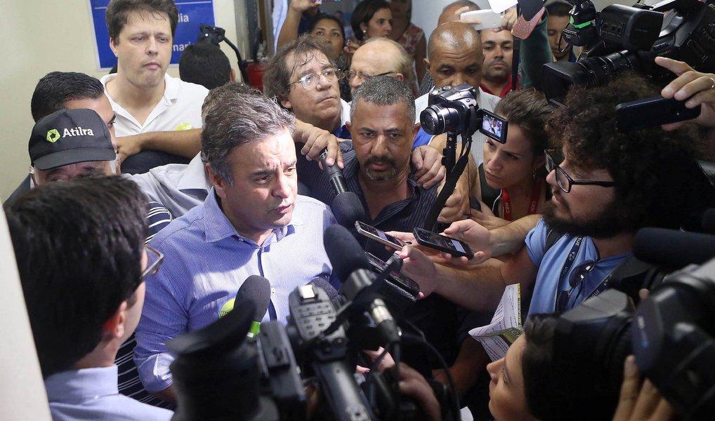 """O presidente do PSDB, senador Aécio Neves, disse, nesta quarta (13), que a proposta da presidente Dilma Rousseff de fazer um pacto político no país, incluindo oposição, trabalhadores e empresários, caso o impeachment não seja aprovado na Câmara, """"vem tardiamente""""; """"Acredito na necessidade desse pacto em torno de uma agenda mínima de reformas, mas ele deverá ocorrer sem a presença da presidente Dilma na presidência da República; sobre um eventual governo de Michel Temer (PMDB), o tucano defende que o peemedebista monte um ministério de notáveis e não ceda à distribuição de cargos para """"nacos partidários""""; segundo ele, o PSDB não fará indicações para compor o governo Temer"""
