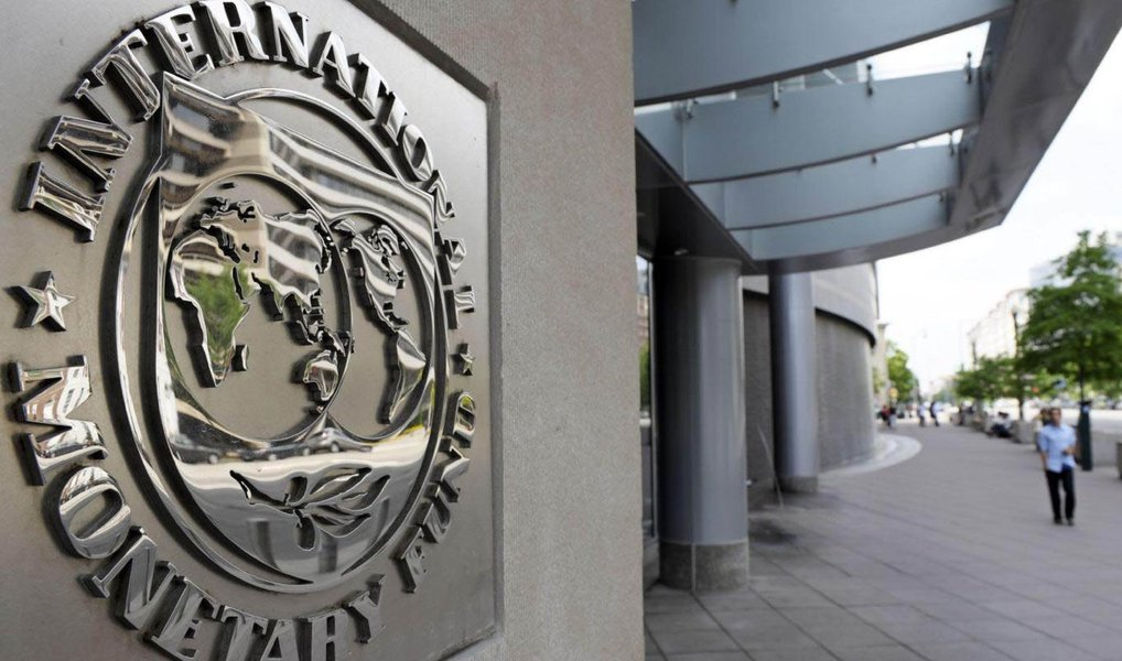 Fundo Monetário Internacional (FMI) vê os efeitos da deterioração fiscal no Brasil permanecendo ao longo dos próximos anos, com a dívida pública bruta subindo para quase 92% do Produto Interno Bruto (PIB) em 2021; instituição projeta que o setor público brasileiro vai continuar com suas contas desequilibradas até 2019, para somente em 2020 voltar a registrar superávit primário; FMI destaca ainda que diversos países, entre eles o Brasil, podem ser afetados este ano por questões políticas