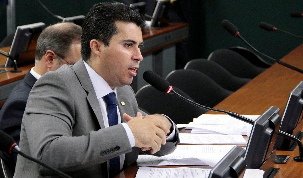 """O presidente do Conselho de Ética, José Carlos Araújo (PSD-BA) decidiu, nesta quarta (9), indicar o deputado federal Marcos Rogério (PDT-RO) como novo relator do processo por quebra de decoro parlamentar contra o presidente da Câmara, Eduardo Cunha (PMDB-RJ); ele votou para adiar a votação do parecer de Fausto Pinato (PRB-SP); """"Eu não tenho lado nessa história, não tenho posição de pré-julgamento. Não parto de uma premissa de que quem vai para o Conselho tem que ser condenado ou absolvido"""", disse Rogério, que já adiantouque seu voto é para que a investigação contra Cunha seja aberta"""