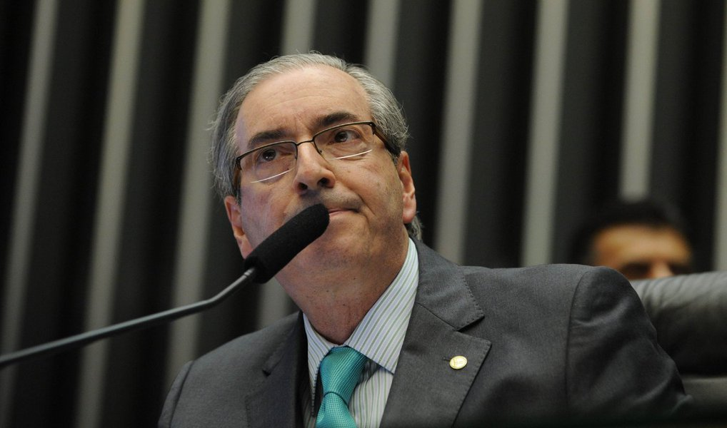 Os governadores que assinaram o manifesto contra o golpe e em defesa da democracia estão chamando os deputados dos seus estados e enquadrando todos. Cunha vai ser afastado pelo STF. Não vai ter golpe!