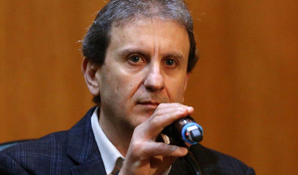 Mais de 20 deputados estaduais receberam R$ 20 milhões em mensalão pagos com dinheiro desviado do caso Copel/Olvepar, no final de 2002, no apagar das luzes do governo Jaime Lerner; a Assembleia Legislativa do Paraná tem 54 cadeiras; a denúncia acima é do doleiro Alberto Youssef, delator na investigação do escândalo envolvendo o governo do Paraná; segundo ele, que prestou depoimento ao MPF, o dinheiro era repassado ao então deputado Durval Amaral, atual conselheiro do TCE, que fazia o repasse do mensalão à bancada governista