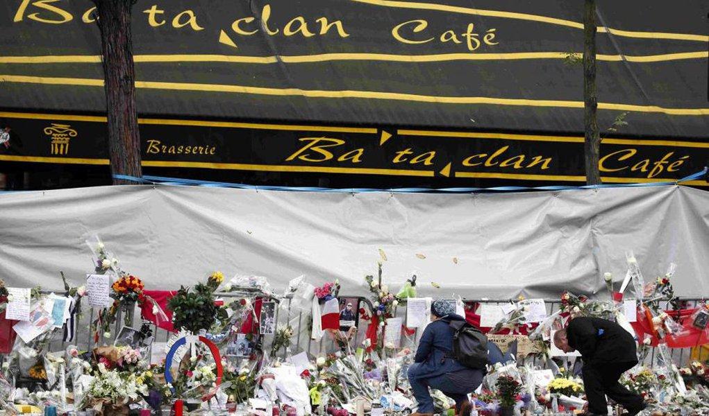 Foued Mohamed Aggad, de 23 anos, da cidade francesa de Estrasburgo,tinha viajado para a Síria com o irmão e um grupo de amigos no fim de 2013, e foi identificado na semana passada por meio de testes de DNA feitos com parentes; no ataque à sala de espetáculos Bataclan, em Paris, no dia 13 de novembro, morreram 90 pessoas