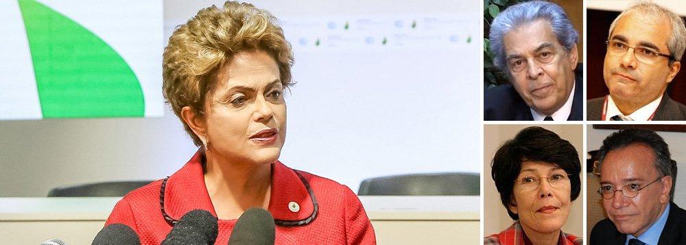 """Presidente participa nesta manhã de uma reunião com mais de 30 juristas, além do ministro da Justiça, José Eduardo Cardozo, para discutir a estratégia de defesa que será utilizada no processo de impeachment; grupo, autointitulado """"Juristas em Defesa da Democracia"""", entregará a Dilma Rousseff uma série de pareceres mostrando que, no pedido de impeachment aceito pelo presidente da Câmara, Eduardo Cunha (PMDB-RJ), não existem embasamentos legais ou constitucionais que configurem um crime de responsabilidade cometido por ela; um dos documentos, articulado pelo juristaCelso Antônio Bandeira de Mello, foi divulgado na semana passada; nesta segunda-feira 7, os juristas Juarez Tavares, Geraldo Prado e Rosa Cardoso assinaram um novo parecer contra o golpe"""