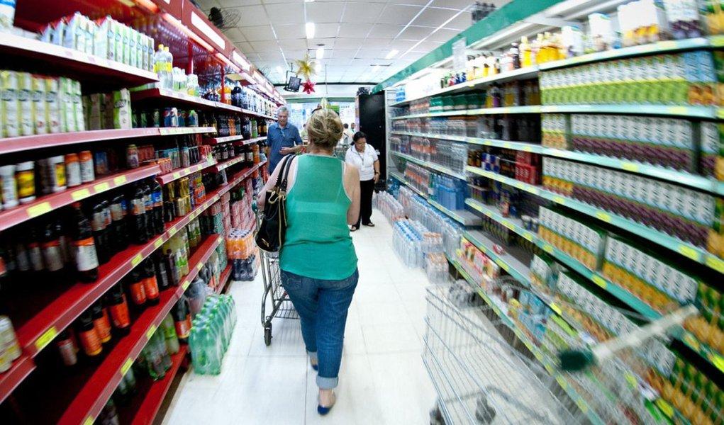 Projeções de economistas de instituições financeiras apontam que a inflação medida por meio do Índice Nacional de Preços ao Consumidor Amplo (IPCA) passará de 10,33% para 10,38%; para 2016, estimativa para o IPCA foi mantida em 6,64%, acima do limite da meta que é de 6,5%