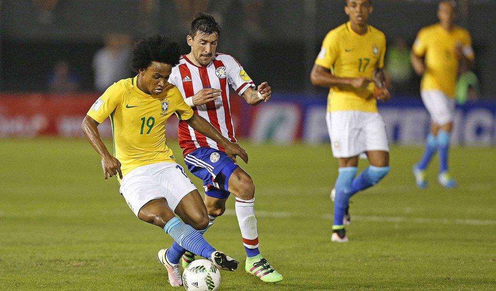 Brasil garantiu empate por 2 x 2 com o Paraguai após estar perdendo por dois gols de diferença em partida das eliminatórias da Copa do Mundo de 2018 em Assunção; gol deDaniel Alves foi marcado nos acréscimos do segundo tempo; com o resultado, o Brasil caiu para o sexto lugar entre os 10 times das eliminatórias sul-americanas, com nove pontos, ficando fora da faixa de classificação; time está quatro pontos atrás dos líderes Uruguai e Equador; os quatro primeiros colocados se classificam diretamente para o Mundial da Rússia, e o quinto disputará a repescagem