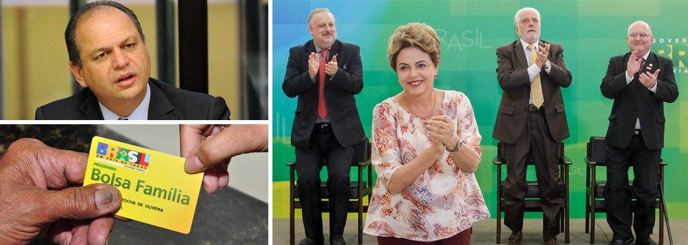 """Em meio à proposta do relator do Orçamento da União de 2016, deputado Ricardo Barros (PP-PR), de cortar R$ 10 bilhões do programa, presidente Dilma reforçou nesta quinta-feira que """"cortar o Bolsa Família significa atentar contra 50 milhões de brasileiros que hoje têm uma vida melhor por causa do programa""""; """"Além de ser reconhecido por sua eficiência, o Bolsa Família tornou-se peça central de nossa estratégia de enfrentamento da pobreza e da desigualdade social. A ONU e o Banco Mundial reconhecem no Bolsa Família uma invenção brasileira de alta repercussão"""", discursou, durante evento no Planalto; ontem, ela já havia dito que o programa, que acaba de completar 12 anos, é """"prioridade máxima"""""""