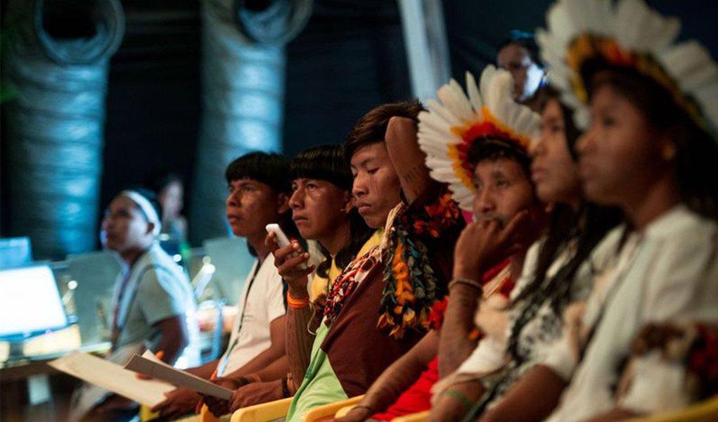 """Durante Roda de Diálogos sobre Mudanças Climáticas, parte do Fórum Social Indígena dos Jogos Mundiais dos Povos Indígenas (JMPI), lideranças indígenas de vários povos questionaram a eficácia de grandes conferências sobre clima; """"No nosso entendimento, a Rio+20 e a Eco 92 não progrediu porque os grandes poluidores se juntaram contra a luta [em defesa da terra] que os povos originários começaram"""", disse o líder indígena Jeremias Xavante; """"A Eco 92 discutiu questões dos povos indígenas que até hoje não vingaram. Nunca se cansam de falar em meio ambiente, mas nunca chegam a um lugar comum"""", afirmou o índio Carlos Tucano, que representa o povo Tucano"""