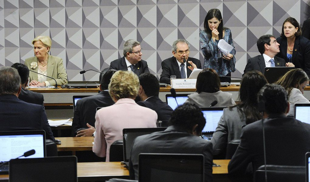"""""""Os golpistas travam uma batalha titânica para tentar reverter a consciência democrática no Brasil e no mundo inteiro de que o golpe não é golpe. Por isso se apegam ao discurso cínico da normalidade institucional"""", afirma o colunista do 247 Jeferson Miola; para ele, as aparências, contudo, não conseguem enganar; """"Por debaixo da superfície de aparente calmaria, se arma um poderoso maremoto de luta e resistência ao golpe e ao governo ilegítimo que dele poderá resultar"""", alerta; leia íntegra"""