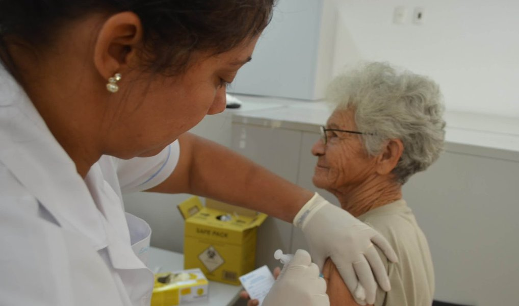 """A Secretaria de Saúde de Minas Geraiscomeça a veicular a campanha de vacinação contra a gripe; tendo como inspiração os Jogos Olímpicos, que acontecem neste ano no país, será trabalhado o slogan """"Contra gripe a vacina é campeã"""", com a ideia de evidenciar que a vacinação é importante para uma vida saudável; a campanha de vacinação, quesegue até o dia 20 de maio,tem o objetivo de incentivar os grupos prioritários a comparecerem aos postos de saúde e receberem a vacina; a proposta prevê5.278.400 doses da vacina, que estão disponíveis em todos os municípios mineiros"""