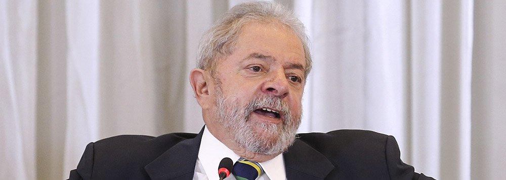 """Em resposta a um jornalista do The New York Times em coletiva a veículos internacionais nesta segunda-feira 28, o ex-presidente Lula disse achar """"deprimente"""" a divulgação, pelo juiz Sérgio Moro, de conversas particulares suas; """"Acho que o juiz deveria ter muita responsabilidade e não confundir conversas de ordem pessoal com conversas públicas. E muito mais grave ainda é a imprensa utilizar como se fizesse parte de um circo"""", comentou; para Lula, o objetivo, com a divulgação, era muito claro: """"o objetivo era tentar destruir a imagem do Lula""""; o vídeo do trecho da entrevista foi divulgado nesta terça-feira por Lula"""