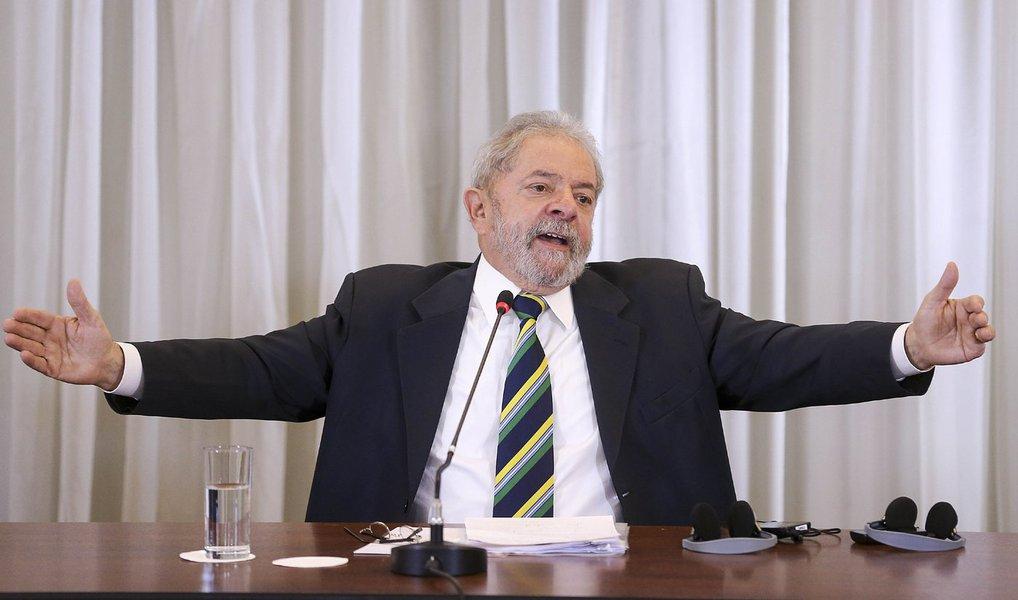 """Em entrevista coletiva a jornalistas de veículos estrangeiros, nesta segunda-feira 28, o ex-presidente Lula reforçou que """"impeachment sem base legal, sem crime de responsabilidade, é golpe"""" e que """"é muito importante não brincar com a democracia""""; sobre a Lava Jato, afirmou que a divulgação de conversas suas, com autorização do juiz Sérgio Moro, foi """"deprimente"""", """"pobre"""" e de """"má fé"""", e criticou o que chamou de """"Big Brother"""" nos métodos investigativos da operação; para o ex-presidente, """"Moro é inteligente e competente, mas foi picado pela mosca azul""""; quanto ao PMDB,Lula avalia que é possível a presidente Dilma governar com apoio de parte da legenda, mas sem concordância do comando da sigla"""
