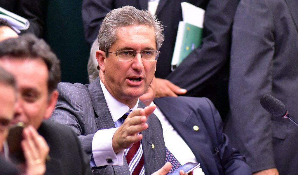 """Deputado Rogério Rosso (PSD-DF), presidente da comissão do impeachment da presidente Dilma Rousseff na Câmara, afirmou que espera submeter ao plenário a votação do processo no próximo mês de abril; """"Imagino que, sendo esses prazos cumpridos nos seus limites, a partir do dia 11 de abril, o relatório do processo de impeachment poderá ser levado ao plenário. De 11 a 15 de abril, na primeira quinzena de abril. Não se trata de antecipar ou ganhar prazos, se trata do rito"""", disse; segundo ele, a bancada do PSD está liberada para votar como bem entender no processo"""