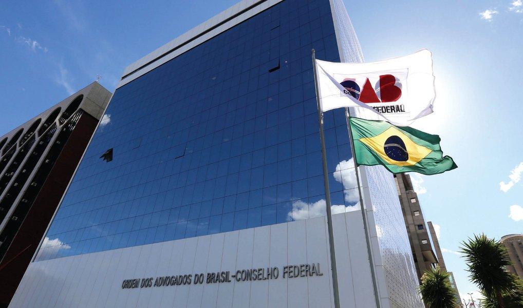 O processo da OAB aponta suposto cometimento de crimes de responsabilidade por Dilma em situações como: suposta interferência na Operação Lava Jato, pedaladas fiscais e renúncia fiscal concedida para a realização da Copa do Mundo de 2014; advogados em todo o país têm criticado a posição da Ordem