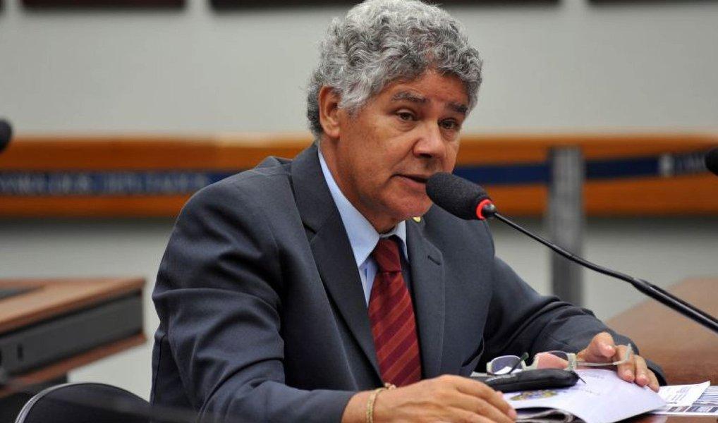 """O deputado federal Chico Alencar (PSOL/RJ) criticou a votação secreta realizada nesta terça (8) na Câmara para escolha da comissão que discutirá o impeachment; """"Essa foi a sessão mais esdrúxula de todos os mandatos que exerci. Foi imposta uma votação secreta, para que a traição comesse solta. O PSOL não aceitou votar atras das cortinas. O representado tem o direito de saber como seu representante vota"""", disse"""