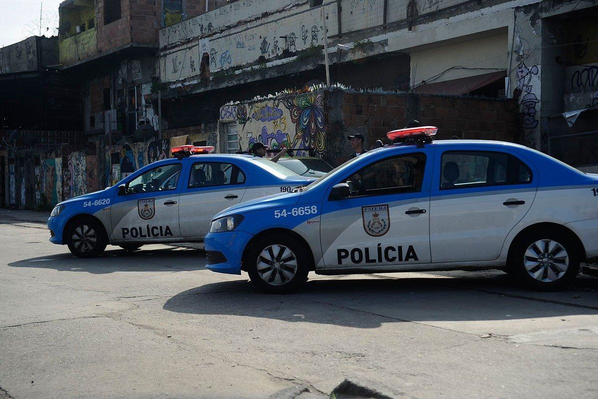 Em apenas dois dias, quatro policiais militares foram mortos no Rio; primeiro dia do ano, o soldado André Willian de Oliveira foi encontrado morto no interior do seu carro em uma rua do bairro de Guadalupe, na zona norte do Rio; o policial era lotado no 3ºBPM, no Méier, e o caso está sendo investigado pela Delegacia de Homicídios; as informações são do 41ºBPM (Irajá); ainda no domingo, o policial Antônio Carlos Paiva Nunes, de 34 anos, foi baleado na cabeça, durante confronto na Avenida Leopoldo Bulhões, próximo a Manguinhos, zona norte da cidade