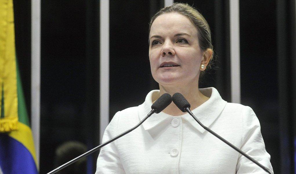 """Senadora Gleisi Hoffmann (PT-PR) destacouas diferenças entre o processo de impeachment contra a presidente Dilma e o contra de cassação contra o presidente da Casa, Eduardo Cunha (PMDB-RJ); segundo ela, no caso de Cunha, o processo é moroso e com toda garantia de defesa, no da presidente Dilma, isso não aconteceu; parlamentar disseque o relatório do deputado Jovair Arantes (PTB-GO), que é favorável ao processo contra a presidente, é marcado por inconstitucionalidades;""""Que tipo de processo nós vamos ter? Eivado de vícios. Que não tem base constitucional e que tem a dúvida do relator"""""""