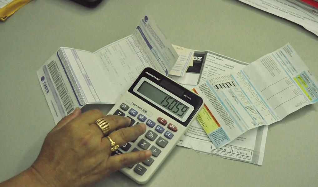 """Apesar de registrar os maiores níveis de comprometimento de renda com dívidas, o Distrito Federal (DF) foi uma das unidades da Federação com as menores taxas de inadimplência em 2014; o resultado pelo Banco Central (BC), consta doRelatório de Economia Bancária e Créditoreferente a 2014; de acordo com o documento, o comprometimento de renda das famílias no DF chegou a 27,1% em 2012, caiu para 26,6%, em 2013, e para 26,3%, em 2014; segundo os dados, a inadimplência do DF (3% para pessoas físicas) é """"relativamente baixa"""" quando comparada com estados como o Amapá, onde o comprometimento da renda ficou em 25,8%, em 2014, e a inadimplência em 4,6%"""