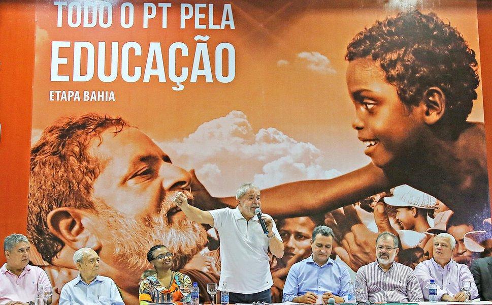 """O ex-presidente Lula afirmou nesta sexta (23), durante evento do PT em Salvador, que o Brasil vive um """"quase Estado de exceção"""" com as delações premiadas feitas no âmbito da operação Lava Jato; """"Peço que fiquem atentos porque estamos vivendo um momento excepcional em que um cidadão é preso e tem a promessa de ser solto se ele delatar alguém. Aí ele passa a delatar até a mãe, se for o caso; o ex-presidente ainda afirmou que """"não dá pra viver numa sociedade onde o que vale é a suspeição, onde as pessoas são condenadas sem serem julgadas"""""""