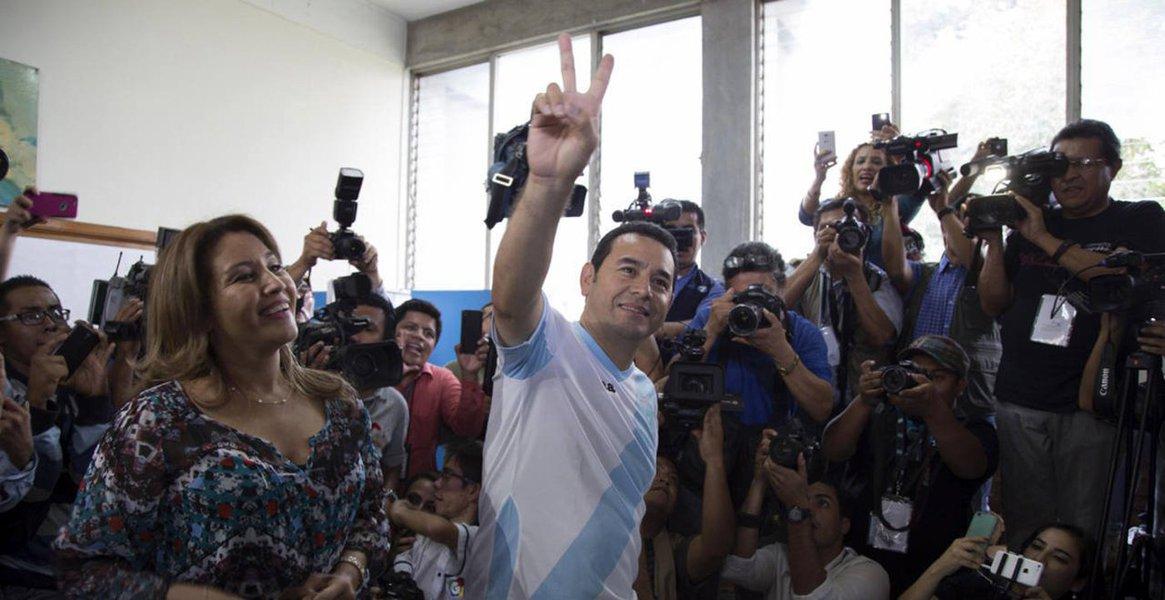 O comediante evangélico Jimmy Morales venceu o segundo turno das eleições presidenciais na Guatemala;Morales, de 46 anos, da Frente de Convergência Nacional, foi eleito presidente com 67,43% dos votos, contra32,57% obtidos pelaex-primeira-dama Sandra Torres, da Unidade Nacional da Esperança (UNE)