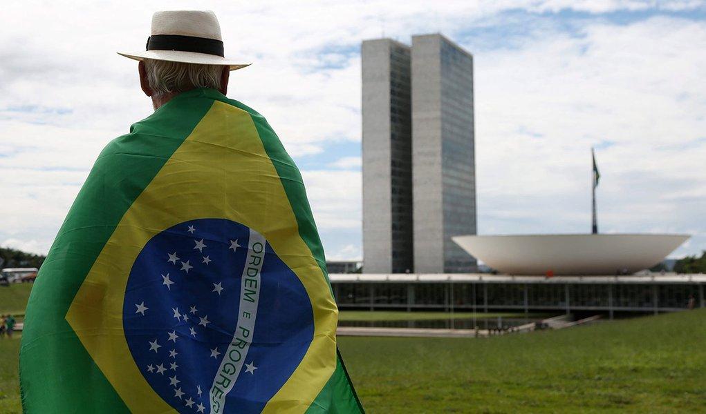 """Pesquisa inédita feita pelo Ibope em dezembro revela que apenas 34% da população tem """"muito orgulho"""" de ser brasileira – na época de FHC, esse percentual era 58%; em compensação, a parcela que disse ter """"pouco"""" ou """"nenhum"""" orgulho passou de 19% para 30%"""