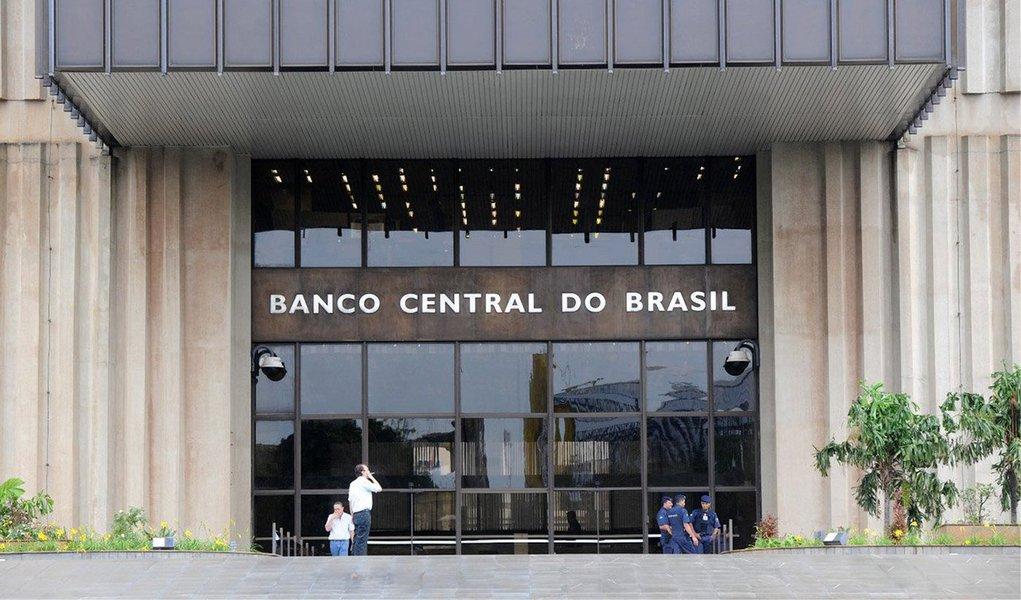 Dados do Banco Central (BC) apontam que ascontas externas fecharam o mês de fevereiro com déficit de US$ 1,919 bilhão; resultado é o menor desde agosto de 2009, quando o saldo ficou negativo em US$ 828,5 milhões