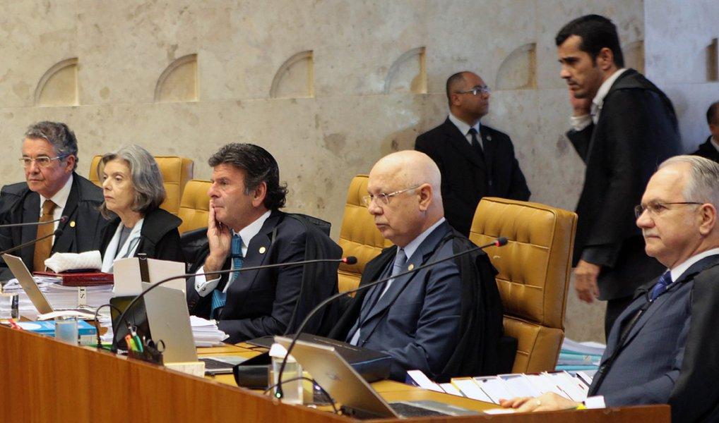 Houve divergência nos três primeiros votos proferidos no Supremo Tribunal Federal (STF) sobre a validade das regras definidas pelo presidente da Câmara, Eduardo Cunha (PMDB-RJ), para a votação sobre a abertura de processo de impeachment da presidente Dilma Rousseff; votaram os ministros Marco Aurélio, relator, e Edson Fachin e Luís Roberto Barroso; o relator votou pela suspensão da decisão de Cunha e decidiu que a votação deve ocorrer por ordem alfabética e de forma nominal; Fachin entendeu que a votação deve ocorrer individualmente entre deputados do Norte e do Sul, alternadamente; para Barroso, a votação deve ocorrer pelas bancadas, mas de acordo com a latitude das capitais, conforme manifestação do procurador-geral da República, Rodrigo Janot