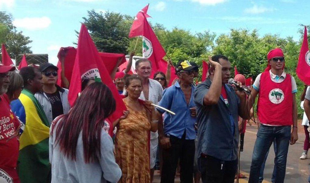 """Militantes do Movimento dos Trabalhadores Rurais Sem Terra (MST) fecharam sete trechos de rodovias no Estado de Pernambuco em protesto contra o processo de impeachment da presidenta Dilma Rousseff (PT), a ser votado na Câmara dos Deputados domingo (17); manifestações também lembraram os 20 anos do massacre de Eldorado dos Carajás (PA); """"Não só o MST, mas a Frente Brasil Popular tem realizado várias ações de formação e diálogo com a sociedade em defesa de democracia, contra o golpe, e não poderia ser diferente esse dia porque está se aproximando a votação e achamos importante reafirmar nossa posição e continuar esse processo de luta"""", disse Maria Gomes, da direçãoestadual do MST"""