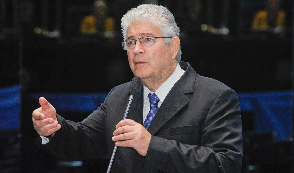 """O senador Roberto Requião (PMDB-PR) usou o Twitter para se posicionar a favor da manutenção da presidente Dilma no Palácio do Planalto; """"Não se trata de impeachment, mas de precarização do Brasil, primarização da economia, privatização da saúde e educação, fim da Nação"""", disse o paramentar; """"Desabafo: Porra! Não somos uma república bananeira! Não envergonhem nosso país e nossa história com este impeachment!"""""""