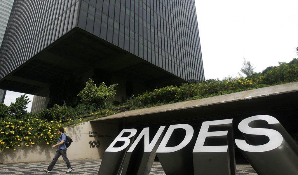 Banco Nacional de Desenvolvimento Econômico e Social (BNDES) reportou lucro líquido de R$ 6,414 bilhões no terceiro trimestre de 2016, mais que o dobro dos R$ 3,124 bilhões no mesmo período de 2015; desempenho trimestral foi impulsionado por créditos tributários no valor de R$ 4,514 bilhões; com isso, o BNDES reverteu o prejuízo de R$ 2,174 bilhões do primeiro semestre, acumulando lucro de R$ 4,24 bilhões entre janeiro e setembro de 2016