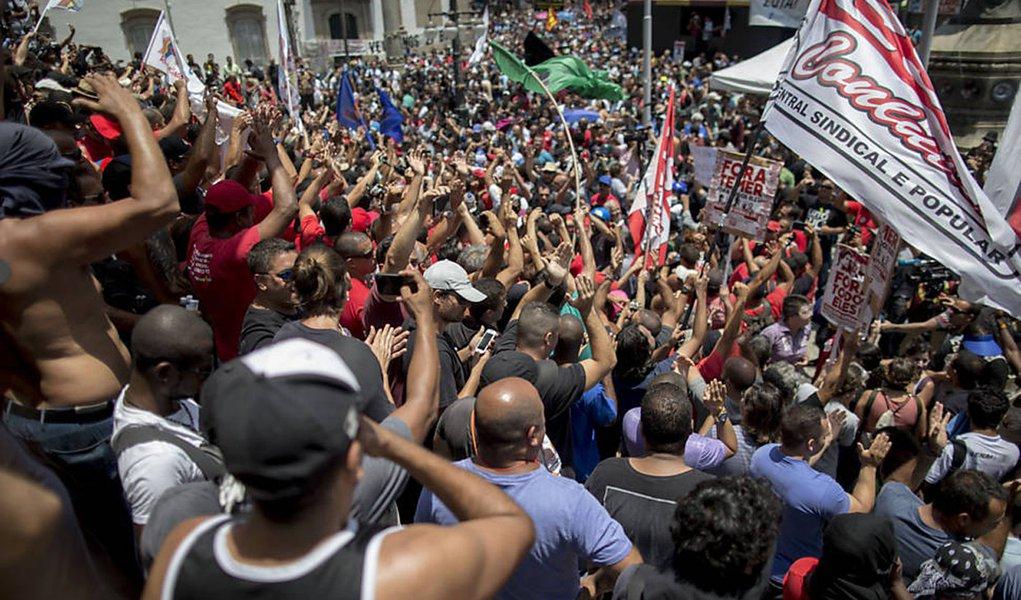 Tribunal de Justiça do Rio de Janeiro (TJ-RJ) determinou a suspensão da tramitação do projeto de lei que prevê o corte do aumento salarial dos servidores a cada três anos e que faz parte do pacote de austeridade do governo estadual; desembargadora diz que a proposta é inconstitucional