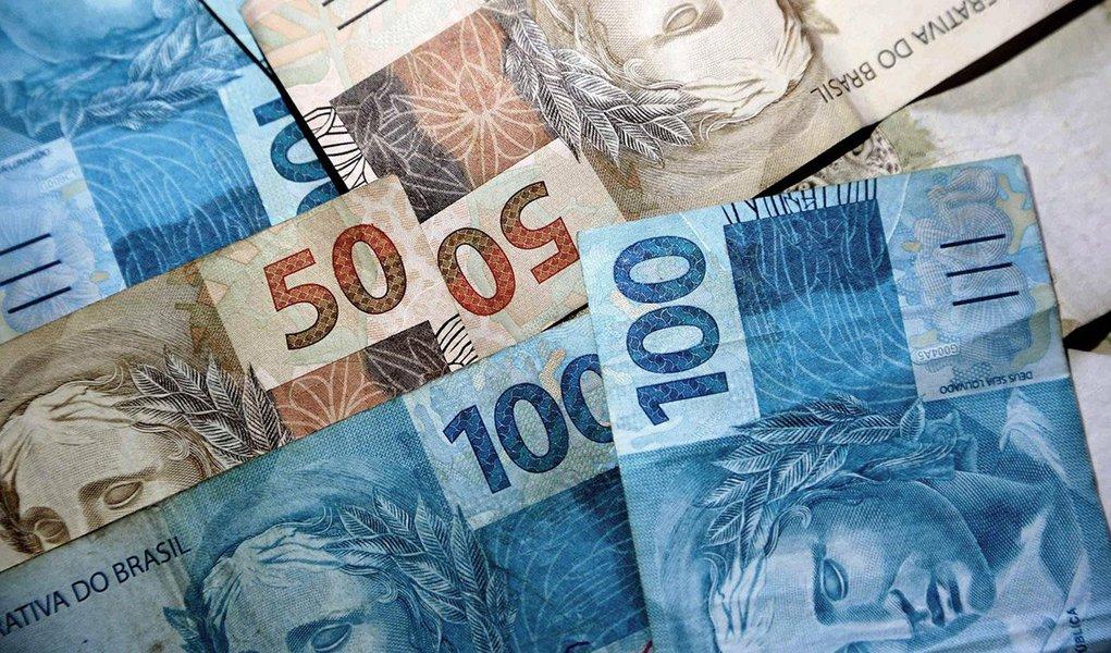 O governo do Paraná acertou a renegociação de sua dívida com a União. O termo aditivo de revisão foi assinado pelo governador do estado, Beto Richa, em Curitiba; o pagamento, que era reajustado pelo Índice Geral de Preços - Disponibilidade Interna (IGP-DI), mais 6% ao ano, passa a ser corrigido pelo Índice Nacional de Preços ao Consumidor Amplo (IPCA), mais 4% ao ano, e será retroativo a 2013; com a renegociação, a dívida do Paraná, de R$ 9,89 bilhões, será reduzida em R$ 466,8 milhões; o governo estadual também fará uma economia mensal de R$ 16 milhões nas parcelas pagas à União