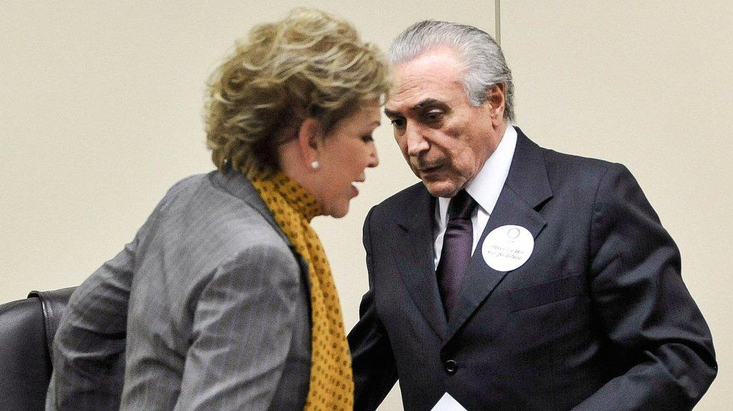 """Para Alex Solnik, colunista do 247, a senadora que ganhou o apelido de """"Martaxa"""" durante a gestão de prefeita de São Paulo """"poderá ser conhecida daqui para frente, no PMDB, como 'Martagarela'""""; isso porque, neste sábado, na convenção estadual do PMDB, em São Paulo, ela """"mais uma vez meteu os pés pelas mãos"""", segundo o jornalista, ao declarar em seu discurso: """"Unidos, construiremos um novo Brasil, sob a liderança do Michel Temer""""; """"Comportando-se como se fosse peemedebista histórica, tomou para si a missão de massagear o ego do presidente do partido, sem se dar conta de que, com isso, estaria alimentando uma intriga desnecessária com o governo do qual, afinal, ele é o vice-presidente, para o bem e para o mal e em cujo prato ela, afinal, comeu"""", comenta Solnik"""