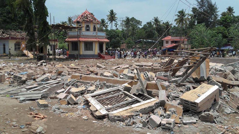 """Milhares de indianos juntaram-se na madrugada em um templo hindu de Puttingal Deva, na província de Kerala, no Sul da Índia, para celebrar o festival Vishu, quando o local de lançamento de fogos foi alvo de explosão; o primeiro-ministro indiano, Narendra Modi, considerou a tragédia um """"choque muito maior do que as palavras"""""""